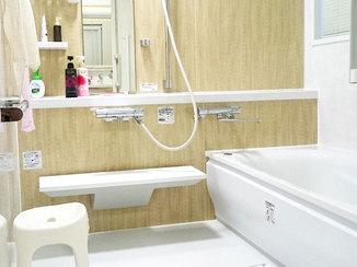 バスルームリフォーム 窓を中窓サイズに縮小し、快適で暖かなバスルーム