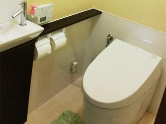 トイレリフォーム タンクレスですっきりとした空間に。お手入れも簡単なトイレ