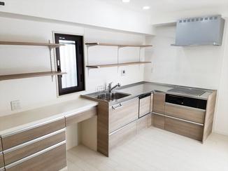 キッチンリフォーム スペース広々!収納力もアップした明るい空間のキッチン