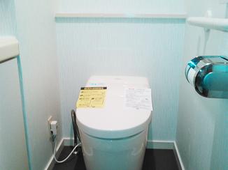 トイレリフォーム タンクレストイレでスッキリ!壁紙にもこだわったオシャレなトイレスペース