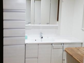洗面リフォーム 埋め込み収納でスペースを確保し、メイクタイムもゆっくり