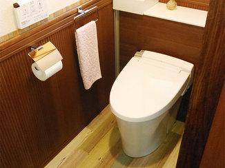 トイレリフォーム 腰壁パネルがアクセント。収納スペースも確保した温かみのあるトイレ空間