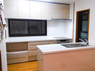 キッチンリフォーム 開放感があり家族の会話も増えそうなキッチン空間