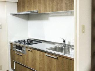 キッチンリフォーム 落ち着いた木目調のカラーで内装と統一感のあるキッチン