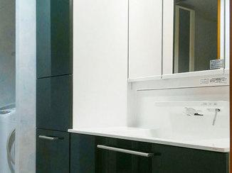 洗面リフォーム アクセントカラーが美しい、間口の広い洗面台