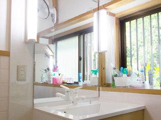 洗面リフォーム 女優ミラーのように顔を明るく照らす洗面台