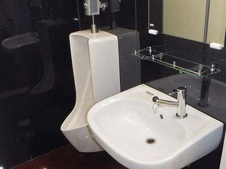 トイレリフォーム 黒い壁パネルで掃除がしやすくシックな雰囲気のトイレ