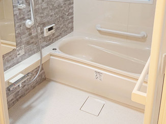 バスルームリフォーム 石目柄のアクセントパネルが映える浴室と節水トイレ