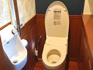 トイレリフォーム アクセントクロスがポイントのタンクレストイレ