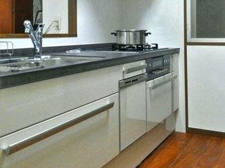 キッチンリフォーム 作業スペースが広く使える、ビルトイン食洗器のついたキッチン