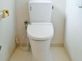 トイレリフォーム 清潔感のある白色が映える節水型のトイレ