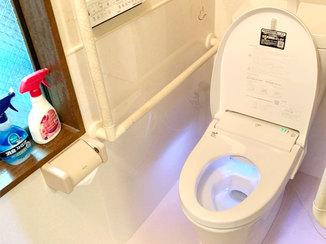 トイレリフォーム 自動開閉機能付きの便座で腰への負担が軽減されたトイレ