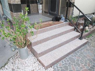 エクステリアリフォーム 玄関まわりとイメージを合わせた石造りの階段